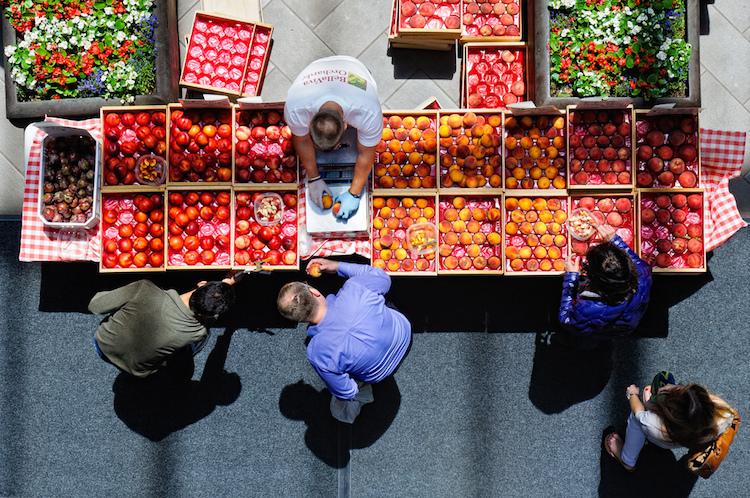 //cdn2.hubspot.net/hub/32387/file-1084771265-jpg/images/inbound_marketing_at_farmers_market.jpg